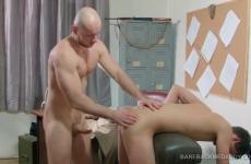 Katonaságban két hetero srác hatalmasat szexel egymással