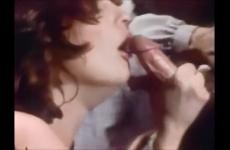 Antik szexvideó - nézd végig hogyan veri ki a férfi farkát két nő