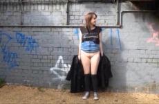 Tini lány - aki amúgy még szűz - a szabadban masztizik