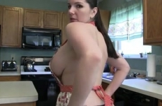 Lenge konyhai kötényben magyaráz a szexi csajszi