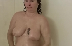 Terhes csajszi a zuhany alatt