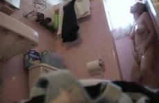 Hugi masztizik a zuhany alatt - rejtett kamerás felvétel