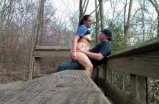 Erdőben, a padon dugta meg a csajszit