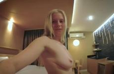 Szexi Orosz Szőke Ásvány Vízes Üveggel Maszturbál A Hotelban
