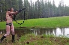 Szexi Vöröske Bikiniben Az Erdőben Lövöldözik Pasijával