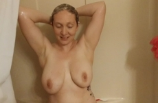 Anyuka Zuhanyzik Egy Nehéz Nap Után