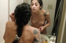Tetovált Tini Lány Meztelenül Sminkel A Fürdőszobában