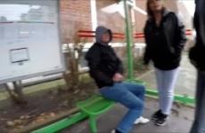 Amatőr Barátnők Pisilnek A Buszmegállóban Egy Pasit
