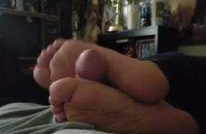 Tini lány lábbal élvezteti el apját tv-zés közben
