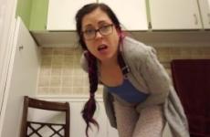 Szexi szemüveges csaj hatalmasat pisilt állva a wc-be