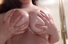 Rozika amatőr anyuka nagy lógó melleit olajjal bekeni
