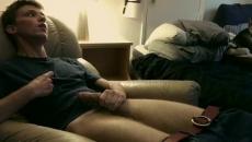 Nem tudott aludni a srác ezért kiverte a farkát amit közvetített az interneten