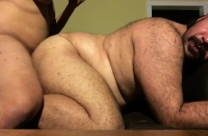 Két meleg férfi egymással szexel