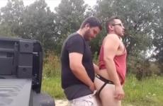 Kertben, a szabad ég alatt szexelt egymással a két meleg srác