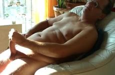 Di mezza età, gay papà, davanti alla finestra, masturbandosi il suo cazzo