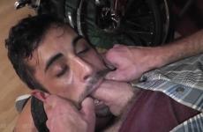 Részeg meleg srác leszopta hetero haverja farkát