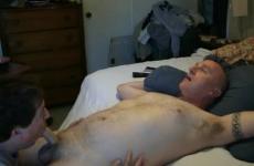 Házas férfi engedi hogy egy idegen leszopja a farkát