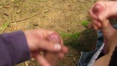 Két meleg srác az erdőben verték ki egymás előtt a farkukat