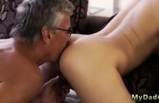 Miután kinyalta lánya seggét keményen szexelt is vele