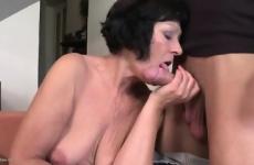 Érett anyuka a saját fiával szexelt a nappaliban