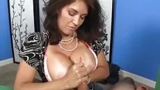 Kiéhezett anyuka kiveri fia farkát a saját mellére szex videó