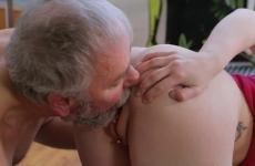 Kopaszodó apuka kinyalta és megdugta a fiatal lányát