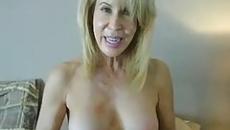 Félmeztelenül beszélget a részeg szőke anyuka a fiával aki ezt videóra vette szex videó