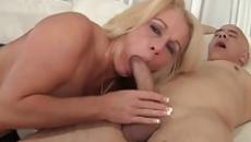 Kinyalatta a pináját és meg is baszatta magát a fiával az anyuka szex videó