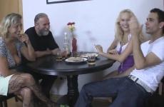Leszbikus lányával és fiával együtt szexelt a család