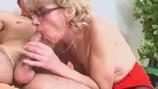 Szemüveges nagymama szexvideója a fiával szex videó