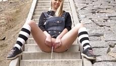 Lépcsőn ülve pisilt a szabad ég alatt a szőke kislány