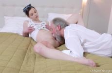 Idős faszi leszólított egy fiatal lányt és szexelt vele