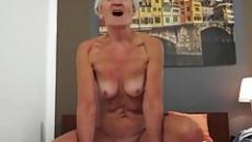 Milf anyuka szőrös pinával baszta meg a fiát szex videó