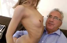 Idős apuka szexelt a saját szexi lányával