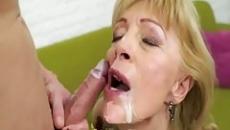 Középkorú anyuka szereti a fia spermáját az arcán szex videó