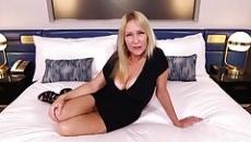Szőke anyuka leszopja fia farkát majd szexel is vele szex videó