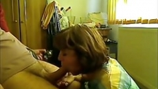 Kiéhezett anyuka szopja fia farkát szex videó